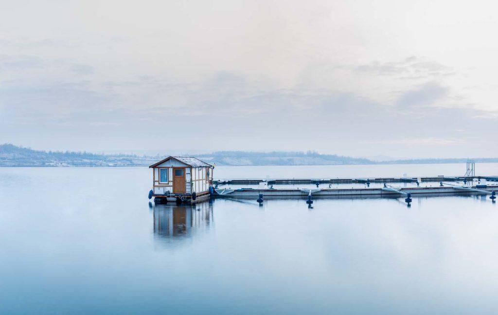 Hausboot an der Marina im Winter