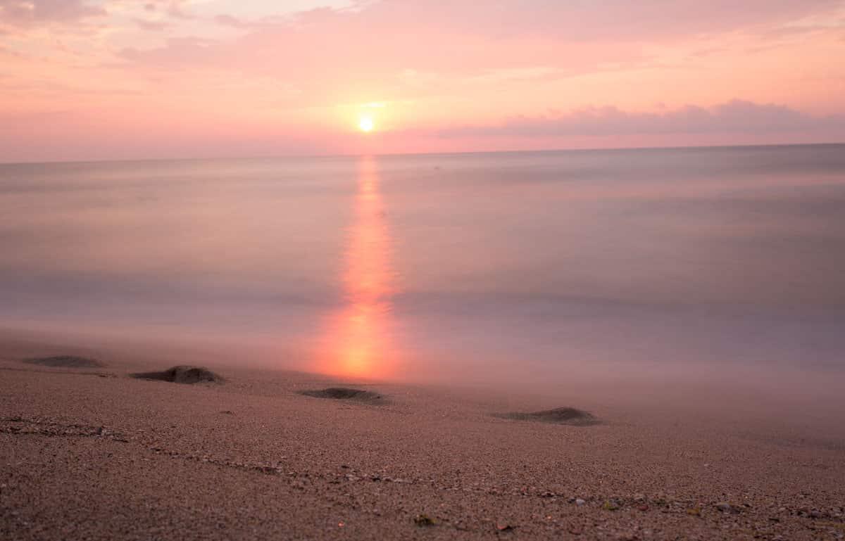 Langzeitbelichtung zum Sonnenaufgang am schwarzen Meer