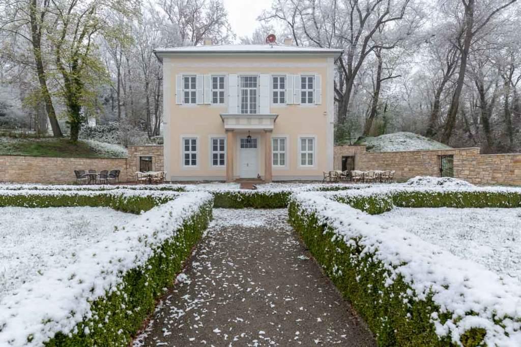 Das neuerrichtete Teehaus im Barockgarten