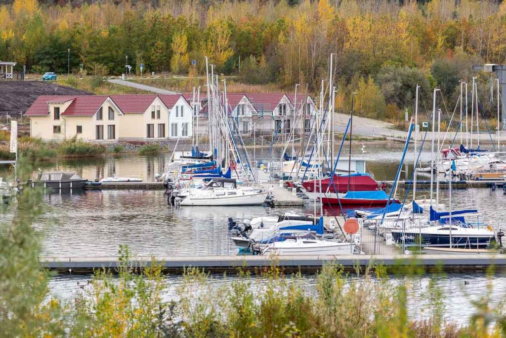 Hafen mit Ferienhäusern im Hintergrund