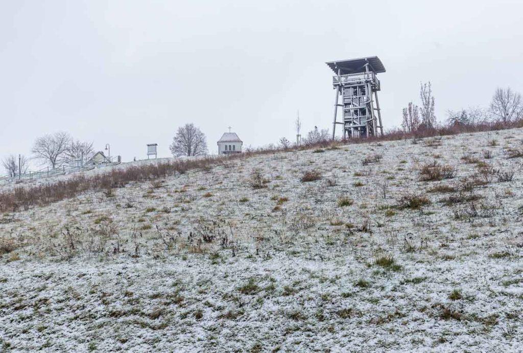 Aussichtsturm in Neumark bei Schnee